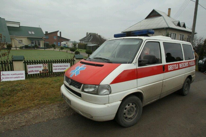 Greitosios pagalbos automobilis prie Laimutės Kedienės namų