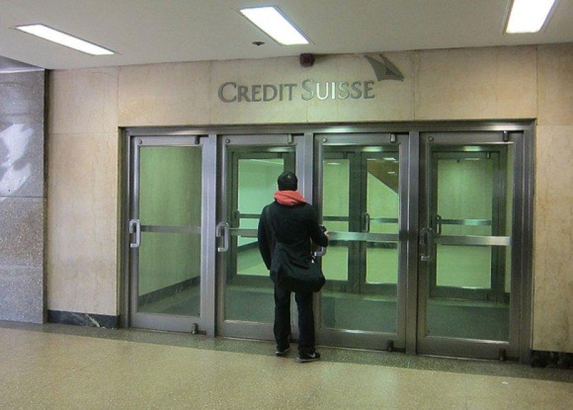 """Vyras prie įėjimo į Šveicarijos banką """"Credit Suisse"""" Niujorke"""