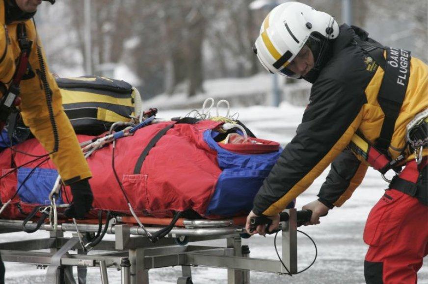 Austrijos slidininkas gabenamas į ligoninę.