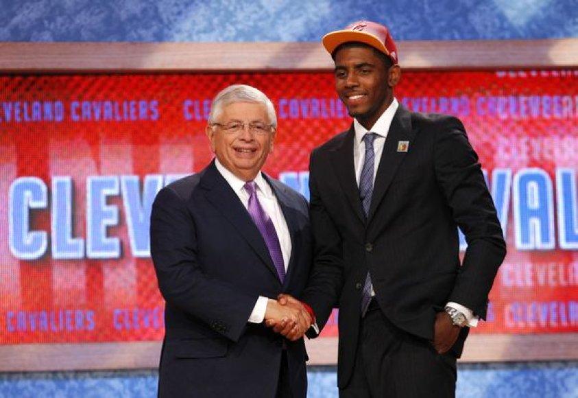 Kyrie Irvingas ir NBA vadovas Davidas Sternas