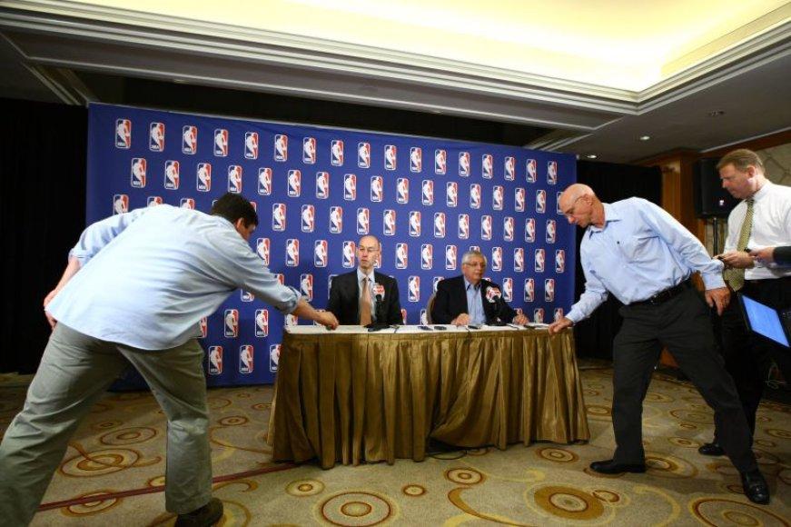 NBA tęsia derybas dėl lygą kaustančio lokauto