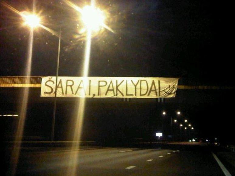 """Plakatas """"Šarai, paklydai"""" ant Rumšiškių tilto sparčiai paplito interneto platybėse"""