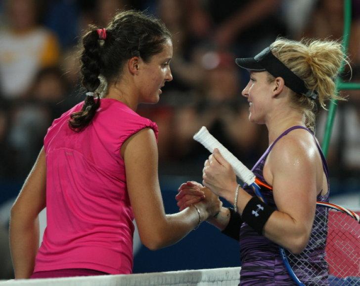 Kelialapį į finalą amerikiečiams lėmė Bethanie Mattek–Sands (dešinėje) pergalė moterų varžybose prieš Laurą Robson.