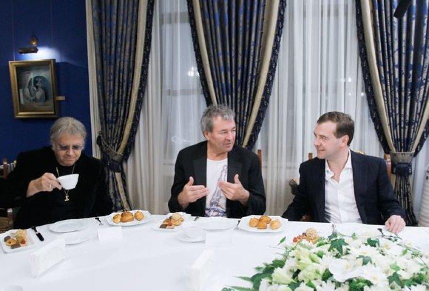 """Dmitrijaus Medvedevo ir """"Deep Purple"""" susitikimo akimirka"""