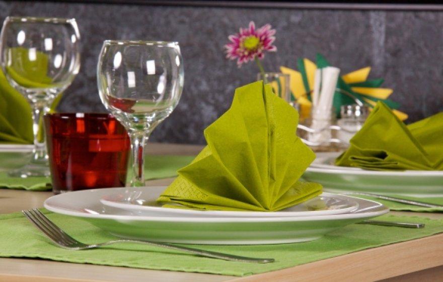 Vasariško stalo akcentai - gaivios spalvos ir gėlės.