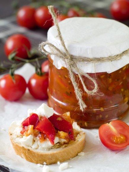 Pomidorų džemui pikantiško skonio ir burną kutenančios šilumos suteikia visa puokštė rytietiškų prieskonių.