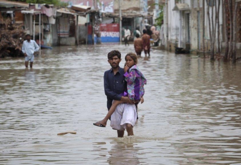 Pakistane potvyniai pareikalavo mažiausiai 200 žmonių gyvybių