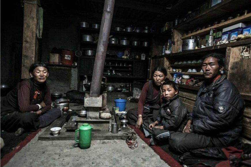 Tashi Sangmo (antra iš kairės) gyvena pagal poliandrijos tradiciją