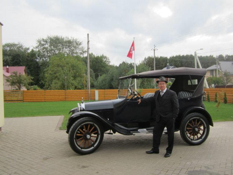 """R.Kardelis ir 1922 m. gamybos """"Dodge Brothers"""", kuriam pirmajam Lietuvoje buvo suteiktas istorinio automobilio statusas."""