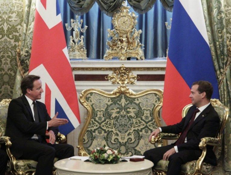 Davidas Cameronas (kairėje) ir Dmitrijus Medvedevas (dešinėje)