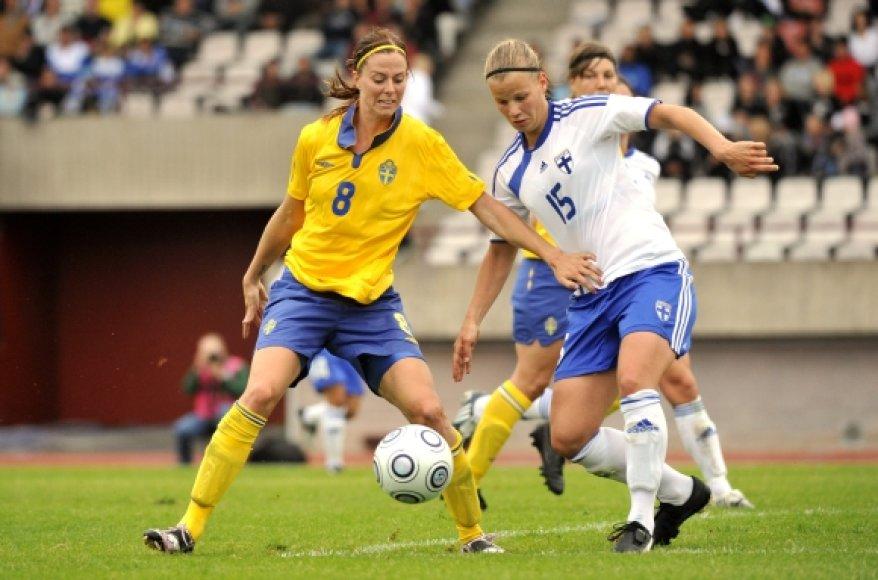 Švedijos ir Suomijos moterų futbolo rinktinių mačo akimirka