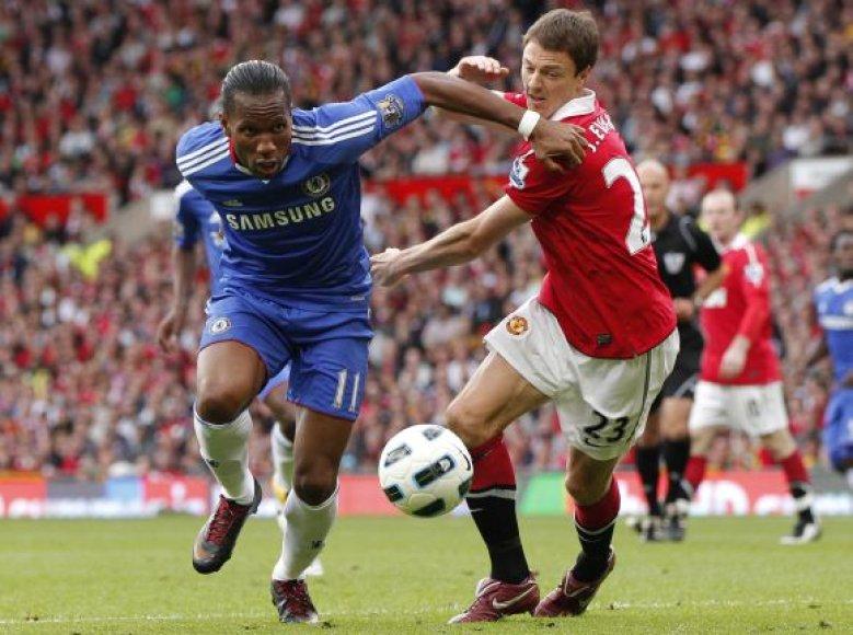 Dėl kamuolio kovoja Jonny Evansas ir Didier Drogba