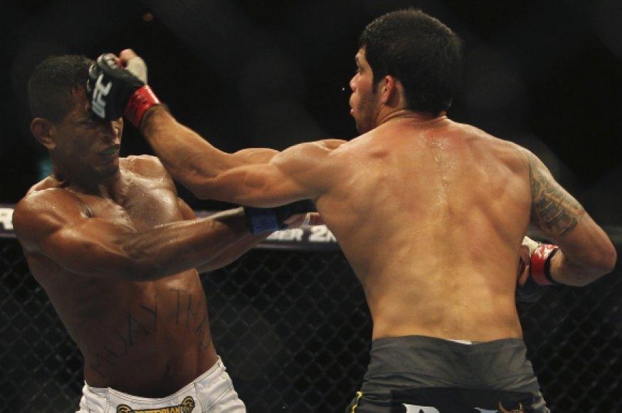 UFC kovotojai Johnny Eduardo ir Raphaelis Assuncao