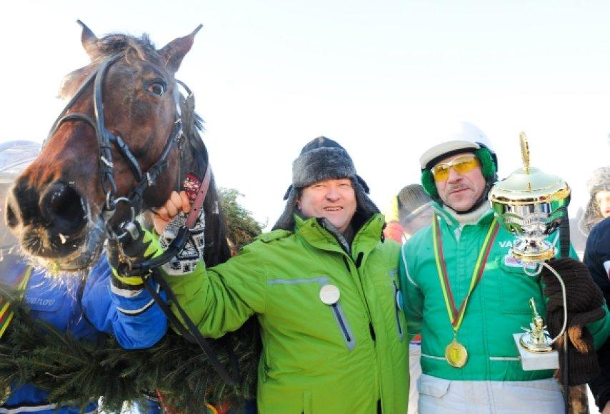 Stanislovas Kėrys (dešinėje), Kazimieras Starkevičius ir žirgas Sakalas