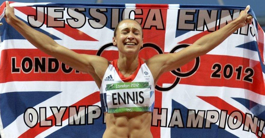 """Po 800 m rungties finišo Jessica Ennis iškart apsigaubė vėliava, ant kurios buvo parašyta """"Jessica Ennis - olimpinė čempionė"""""""