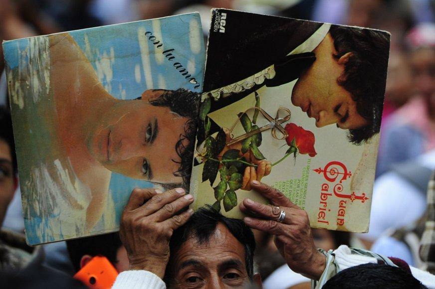"""AFP/""""Scanpix"""" nuotr./Atsisveikinimas su Meksikos estrados žvaigžde Juanu Gabrieliu"""