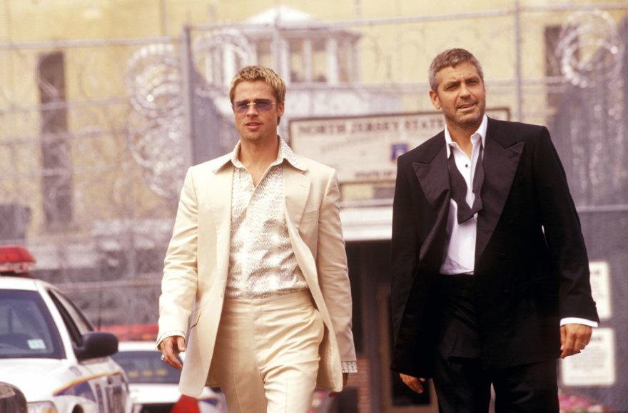 """Vida Press nuotr./Bradas Pittas ir George'as Clooney filme """"Oušeno vienuoliktukas"""" (2001 m.)"""