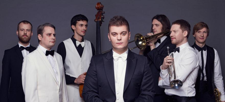 Dainotas Varnas su pučiamųjų ir ritmo grupe
