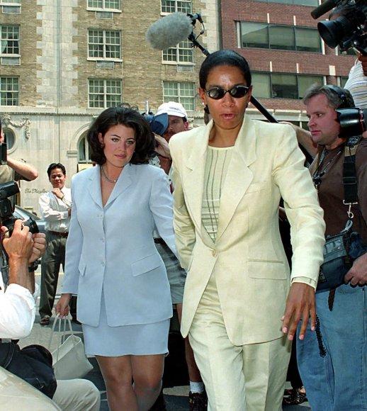 """Scanpix""/""Sipa USA"" nuotr./Judy Smith su Monica Lewinsky (1998 m.)"