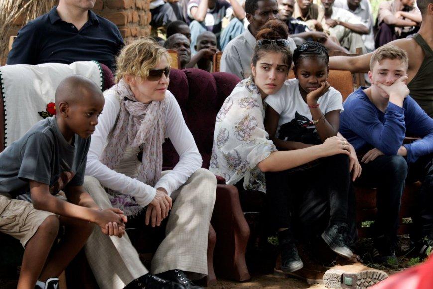 "AFP/""Scanpix"" nuotr./Madonna su vaikais (iš kairės) Davidu Banda, Lourdes, Mercy James ir Rocco Malavyje 2013 metais"