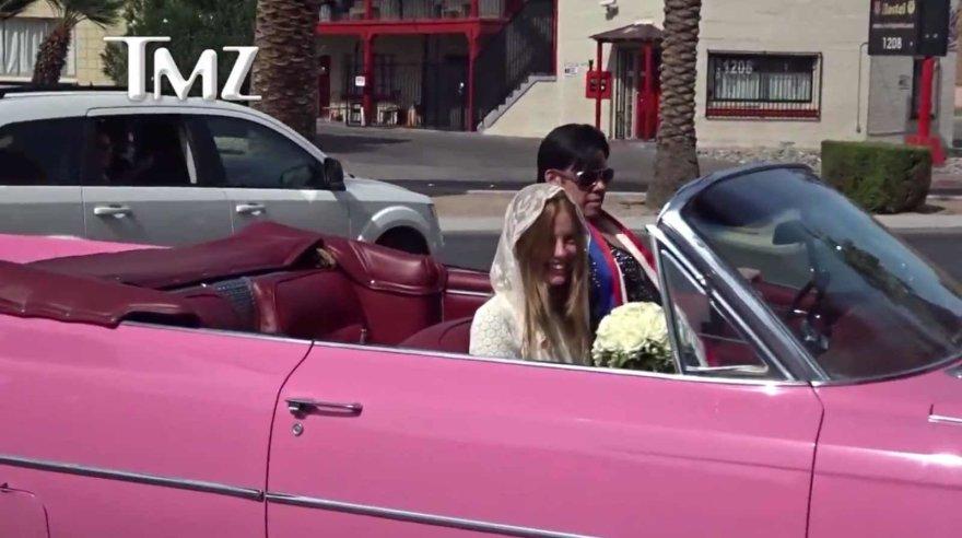 TMZ video kadras/Mią Goth į vestuves rožiniu kadilaku atvežė Elvio Presley imitatorius