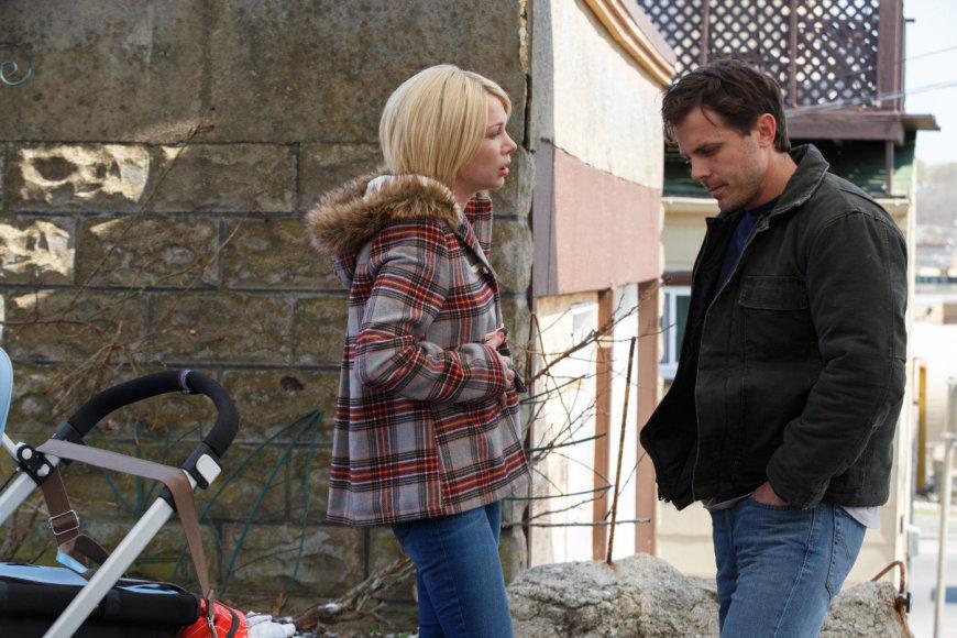 """Kadras iš filmo/Michelle Williams ir Casey Affleckas dramoje """"Mančesteris prie jūros"""""""