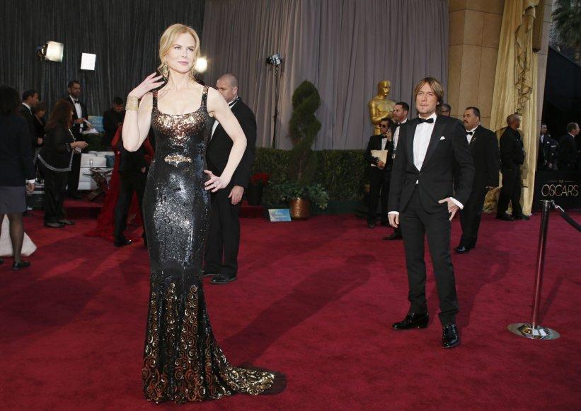 """""""Reuters""""/""""Scanpix"""" nuotr./Nicole Kidman vyras Keithas Urbanas pasitraukęs į šalį, kol žmona pozuoja fotografams"""
