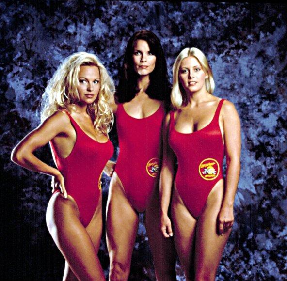 """Vida Press nuotr./Pamela Anderson, Alexandra Paul ir Nicole Eggert seriale """"Gelbėtojai"""""""
