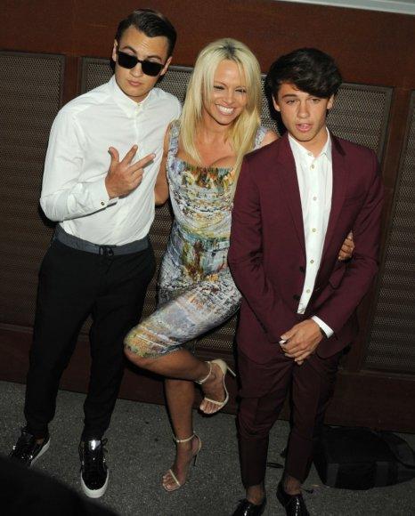 """Scanpix""/""Sipa USA"" nuotr./Pamela Anderson su sūnumis Brandonu ir Dylanu"