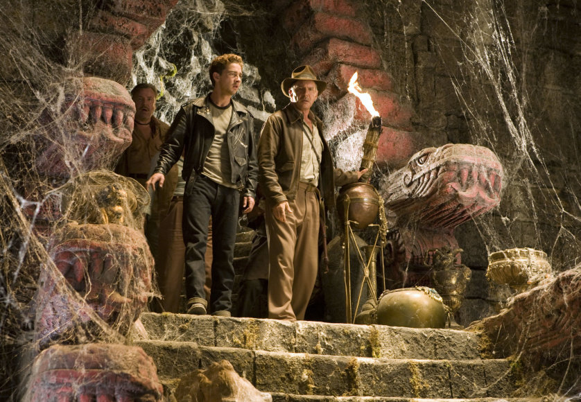 """""""Scanpix""""/AP nuotr./Shia Labeoufas ir Harrisonas Fordas filme """"Indiana Džounsas ir krištolo kaukolės karalystė"""" (2008 m.)"""