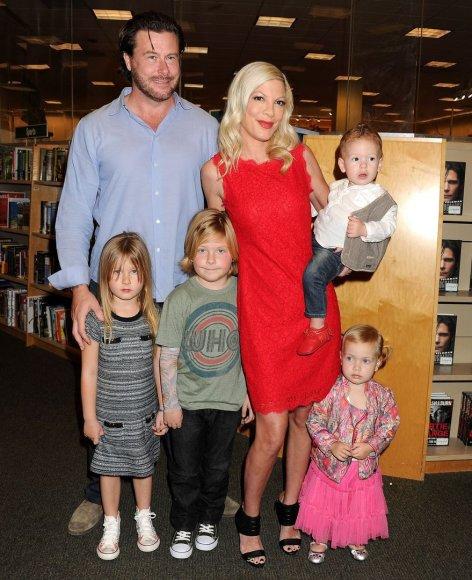 AOP nuotr./Tori Spelling ir Deanas McDermottas su vaikais Stella, Liamu, Finnu ir Hattie