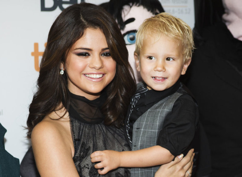 Selena Gomez su Justino Bieberio broliuku Jaxonu