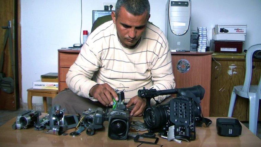 """Kadras iš filmo """"5 sudužusios kameros"""" (""""5 Broken Cameras"""")"""