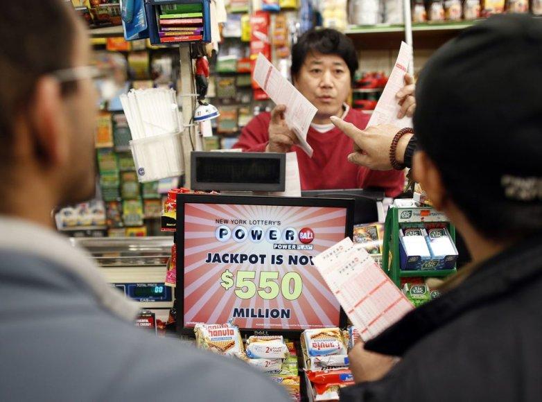 """Žmonės perka """"Powerball"""" loterijos bilietus"""