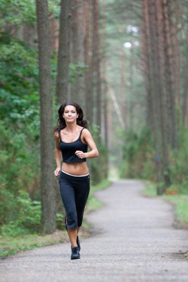 Mergina bėgioja