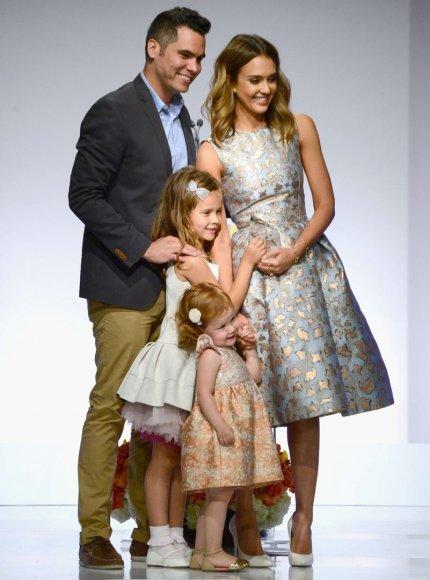 """AFP/""""Scanpix"""" nuotr./Jessica Alba su vyru Cashu Warrenu ir dukromis Honor bei Haven"""