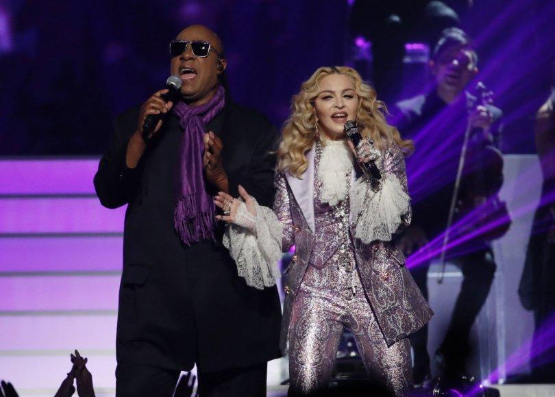 """""""Reuters""""/""""Scanpix"""" nuotr./Stevie Wonderis ir Madonna"""