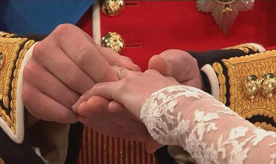 """""""Reuters""""/""""Scanpix"""" nuotr./Princas Williamas mauna žiedą ant Kate Middleton piršto"""