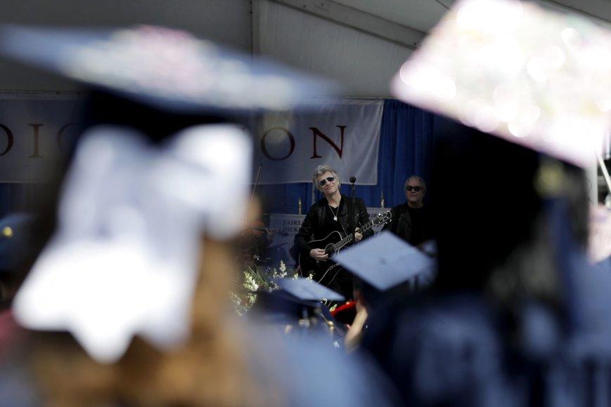 """""""Scanpix""""/AP nuotr./""""Bon Jovi"""" Fairleigh Dickinsono universiteto diplomų įteikimo ceremonija"""