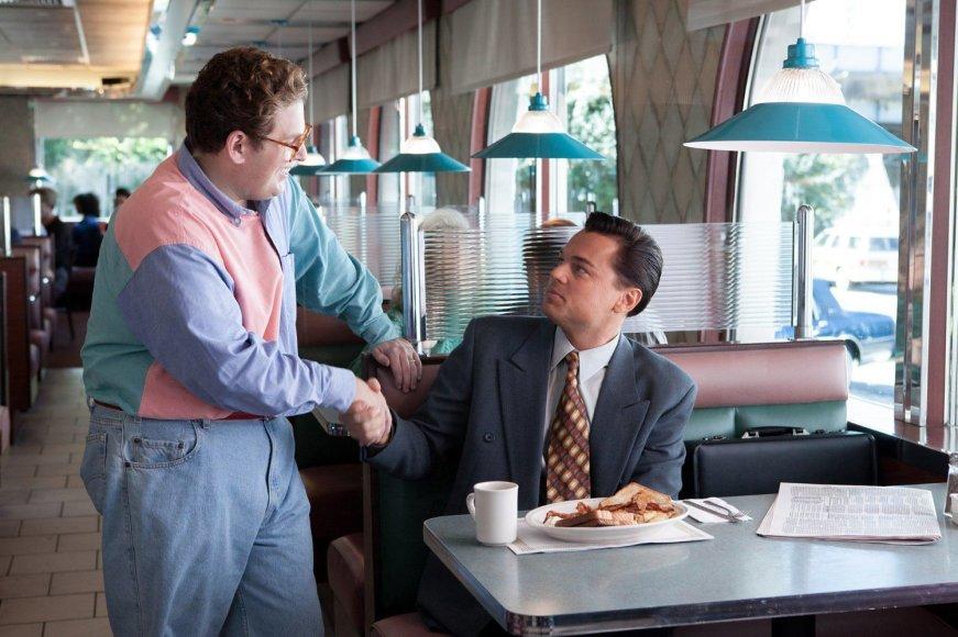 """Kadras iš filmo/Jonah Hillas ir Leonardo DiCaprio filme """"Vosltrito vilkas"""""""