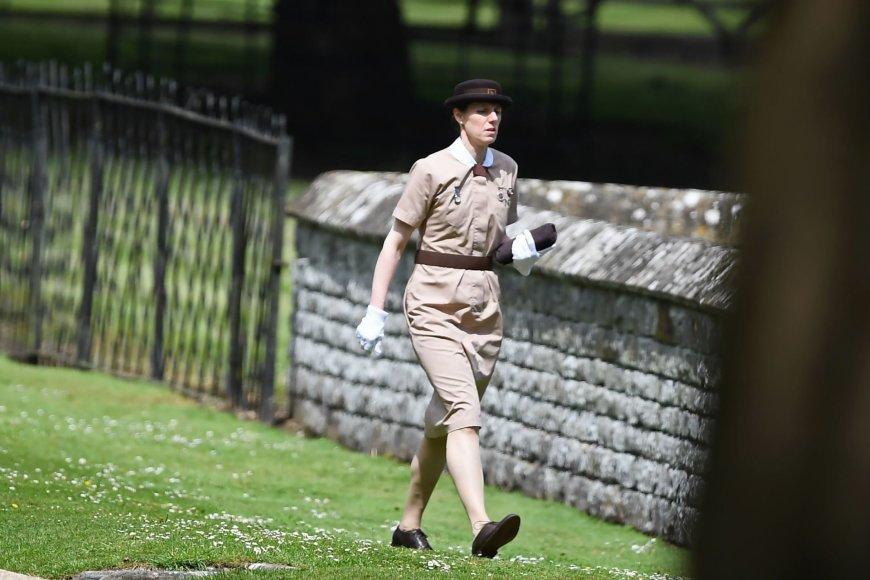 """AFP/""""Scanpix"""" nuotr./Į bažnyčią ateinanti princo George'o ir princesės Charlotte auklė"""