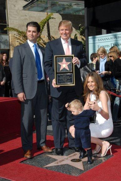 Vida Press nuotr./Donaldas Trumpas su vyriausiu sūnumi Donaldu jaunesniuoju, žmona Melania ir jauniausiu sūnumi Barronu (2007 m.)
