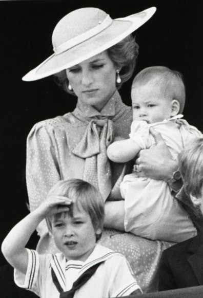 """Reuters""/""Scanpix"" nuotr./Princesė Diana su sūnumis Williamu ir Harry (1985 m.)"