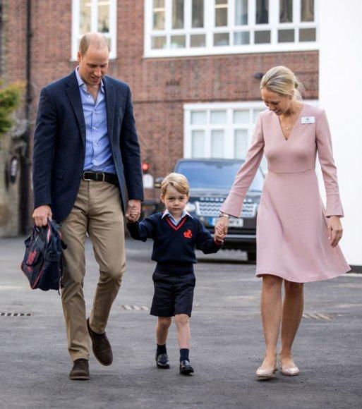 """""""Reuters""""/""""Scanpix"""" nuotr./Princas Williamas su sūnumi princu George'u ir pradinių klasių departamento vadove Helen Haslem"""