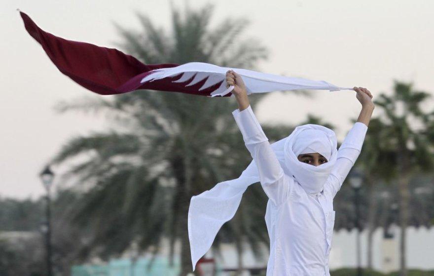 Berniukas laiko Kataro vėliavą