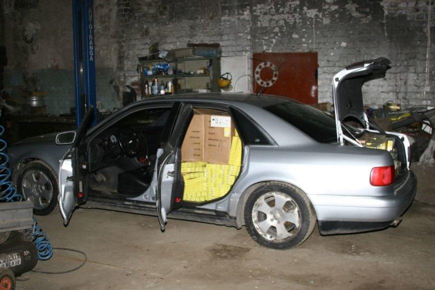 Automobilis kimšte prikimštas kontrabandinių rūklų