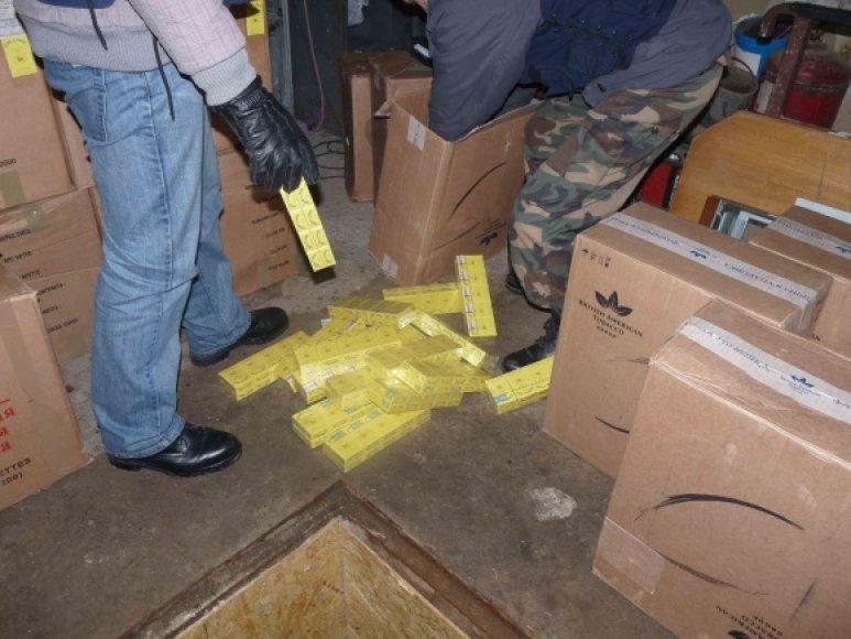 Garaže aptikti 19,160 pakelių kontrabandinių cigarečių