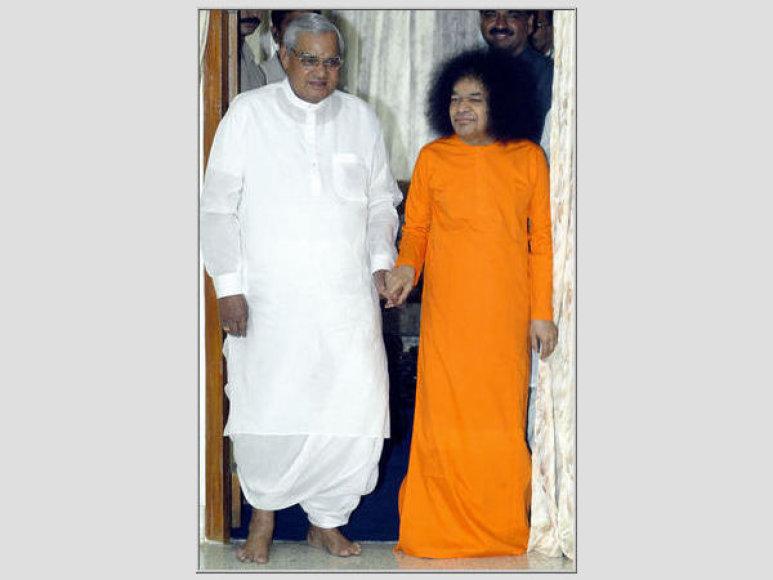 Satya Sai Baba dešinėje