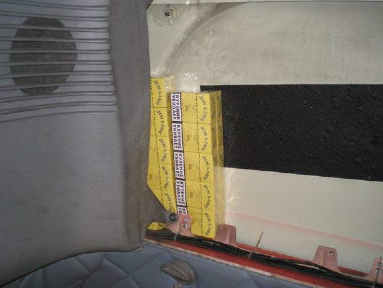 Cigaretės buvo paslėptos po automobilio apdailos skydais.