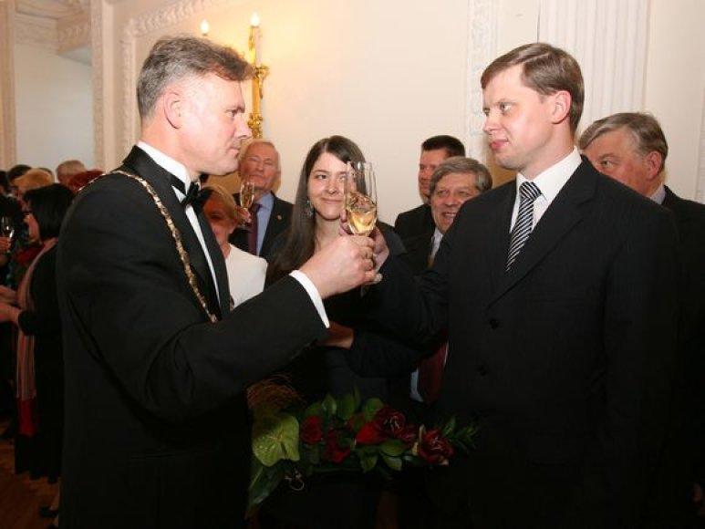 Praėjusioje kadencijoje ranka rankon dirbę R.Mikaitis (kairėje) ir A.Kupčinskas dabar vienas į kitą žiūri kreivai.